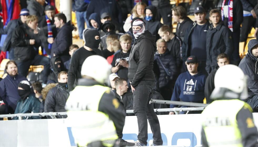 SUPPORTERE: På kampen mellom Lillestrøm og Vålerenga på Åråsen stadion. Foto: Terje Bendiksby / NTBScanpix