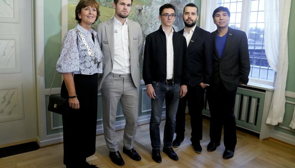 KLARE FOR SLUTTSPILL: Magnus Carlsen og de andre spillerne i VM Fischersjakk møtte pressen i Bærum Rådhus lørdag kveld. Foto: Fredrik Hagen / NTB Scanpix