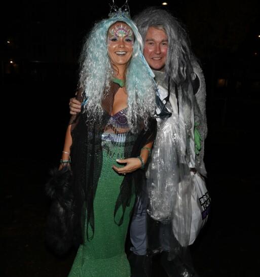 PLAST: Linda Helleland og ektemannen kom som havfrue og plast. Foto: Andreas Fadum