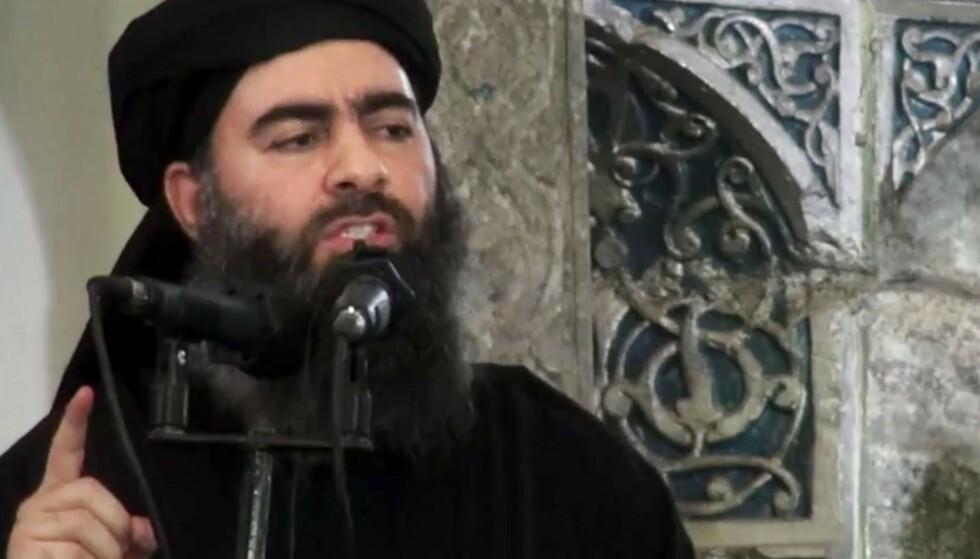 MENNESKEJAKT: På dette sjeldne bildet av IS' leder Abu Bakr al-Baghdadi fra juli 2014 erklærer han Kalifatet. Det ble begynnelsen på terrorregimet Den islamske staten, og ga startskuddet til en årelang menneskejakt som nå kan være over. bildet Foto: NTB Scanpix
