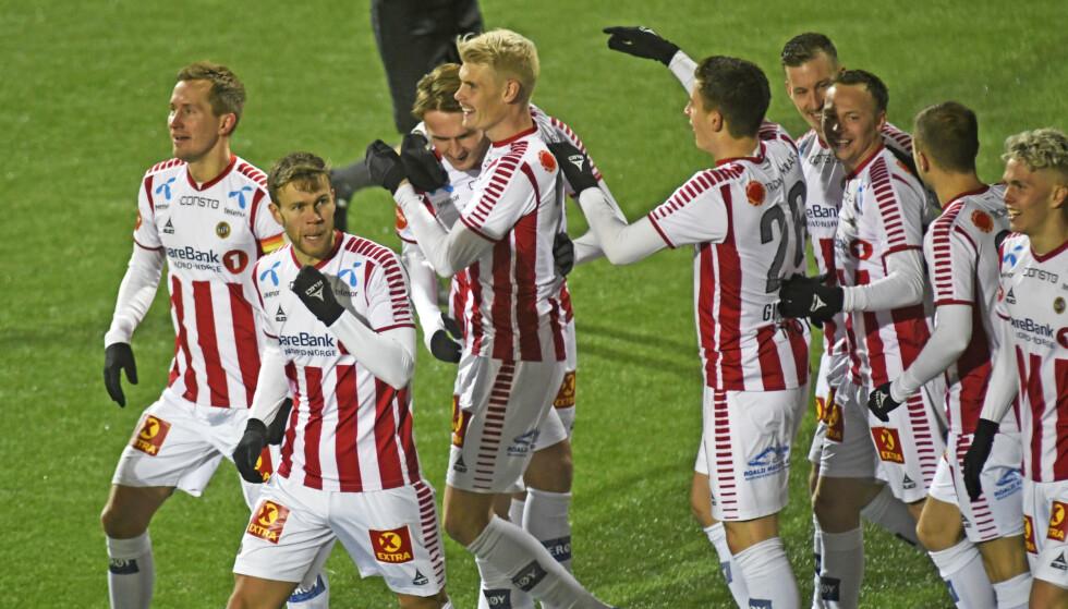 JUBLER: Tromsø-jubel for scoringen til Magnus Andersen i kampen mellom Tromsø og Ranheim på Alfheim Stadion. Foto: Rune Stoltz Bertinussen / NTB Scanpix