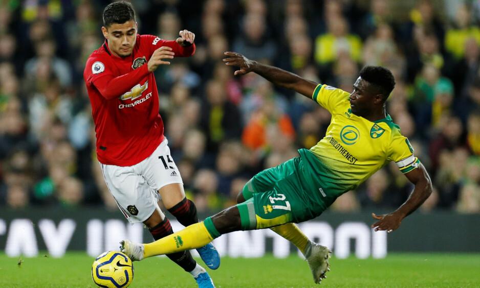 I AKSJON: Alexander Tettey kaster seg inn i en duell med Manchester Uniteds Andreas Pereira. Foto: Reuters/John Sibley/NTB Scanpix