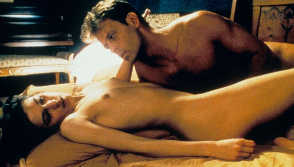 PORNOSTJERNE: Rocco Siffredi, her i kunstfilmen «Romance» fra 1999, sammen med skuespiller Caroline Trousselard. Her hadde skuespillerne sex på ekte, og det skapte overskrifter da den kom på norske kinoer. Foto: Moviestore/REX, NTB scanpix