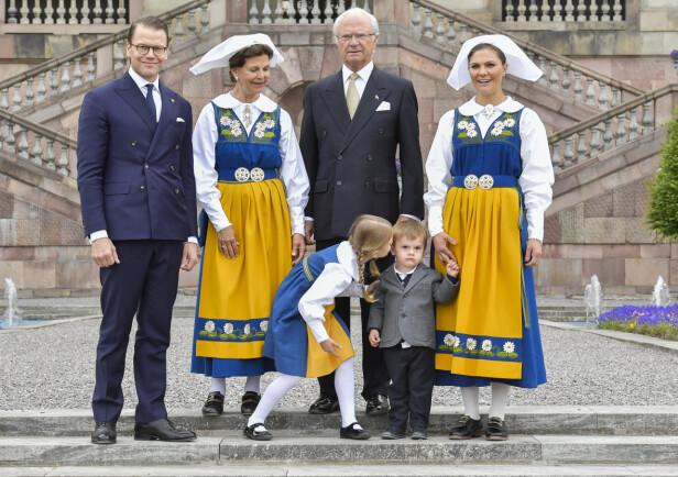 FAMILIEKOS: Denne uken skal kronprinsessa, ektemannen og barna bare slappe av og nyte tida sammen. Her er de fotografert på den svenske nasjonaldagen, 6. juni, i fjor. Foto: NTB scanpix