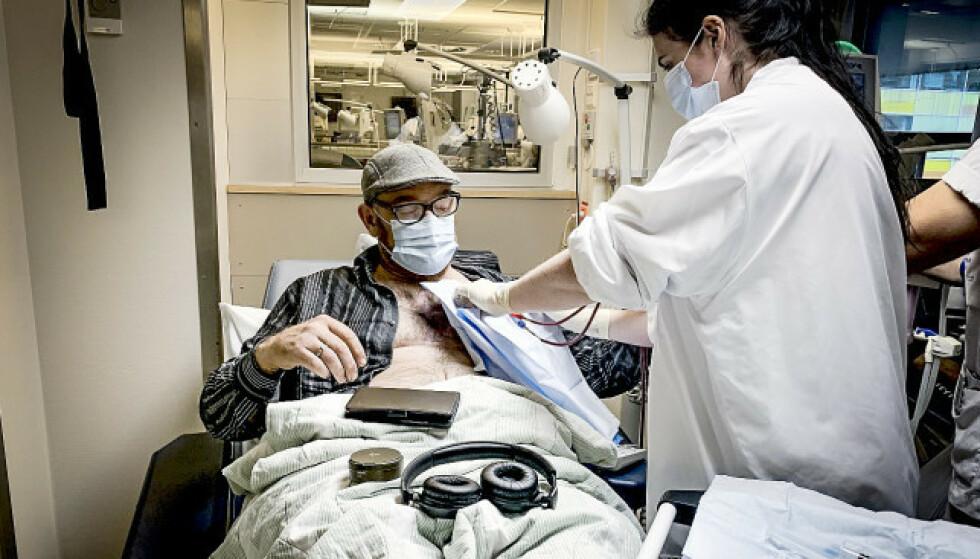 BEHANDLING: Erik Ringås Skjoldheim (38) må jevnlig til Haukeland sykehus for å få dialysebehandling på grunn av nyresvikt. Her med sykepleier Maren O'Sullivan Myran. Foto: Åsa Nord