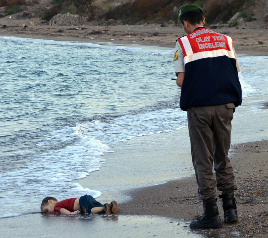 RØRTE VERDEN: Husker du bildet av Aylan, en tre år gammel kurdisk gutt som lå med hodet ned i strandkanten? Sammen med moren og broren druknet han i forsøket på å ta seg over Egeerhavet fra Tyrkia til Hellas. Det var ingen flyktningkrise sommeren i 2015, det var en krig mot flyktninger, skriver Carsten Jensen i denne kronikken. Foto: AP / NTB Scanpix