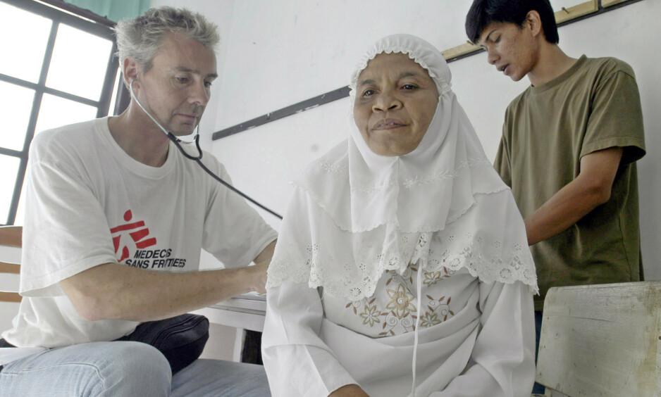 ERFAREN: Morten Rostrup er overlege ved Oslo Universitetssykehus og har vært president i den norske avdelingen av Leger uten grenser. Her i arbeid på en lokal klinikk i Meulaboh, Indonesia. Foto: NTB SCANPIX