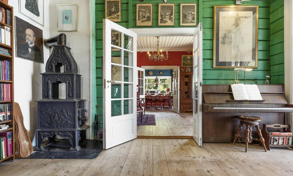 ORIGINALT: Huset fra 1885 har fire små stuer belagt med tregulv, malt trepanel og originale malte, laftede tømmervegger. Foto: Aakermann Photography