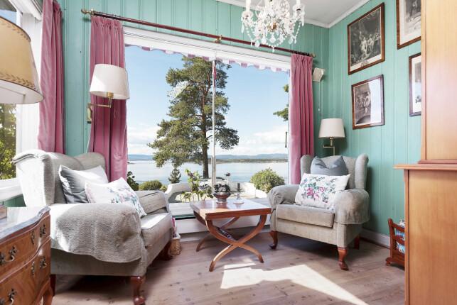 PANORAMA: Den vidunderlige utsikten over Oslofjorden kan også nytes gjennom store vinduer fra en av de mange stuene i huset. Foto: Aakermann Photography