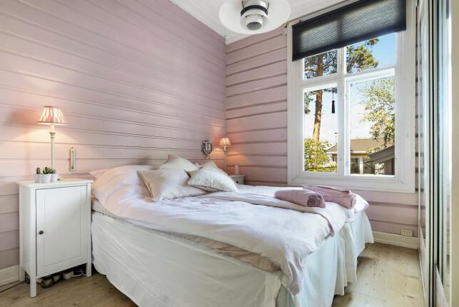 SOVEROM: Huset har tre soverom, som i likhet med resten av boligen har malte vegger i trepanel. Foto: Aakermann Photography