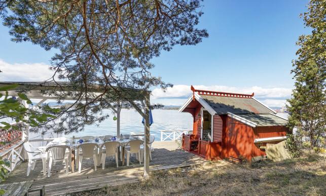ELT KANON: Det flotteste utsikts-punktet i hagen, kalt Festningen, er utstyrt med to saluttkanoner som fungerer utmerket. Foto: Aakermann Photography
