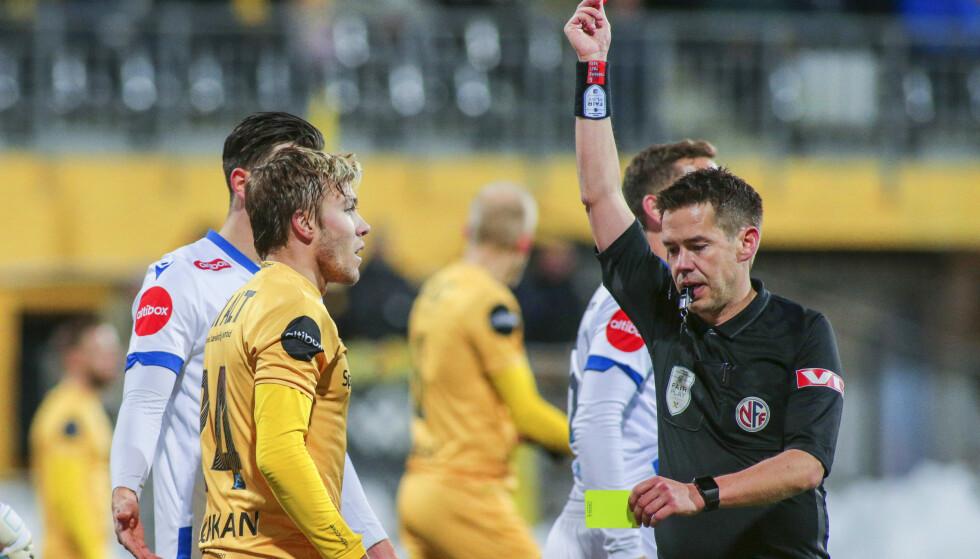 UTVIST: Fredrik Bjørkan ble utvist med 20 minutter igjen på klokka. Få minutter senere utlignet Haugesund. Dermed skal mye gå galt om Molde ikke blir årets seriemestre. Foto: NTB/Scanpix