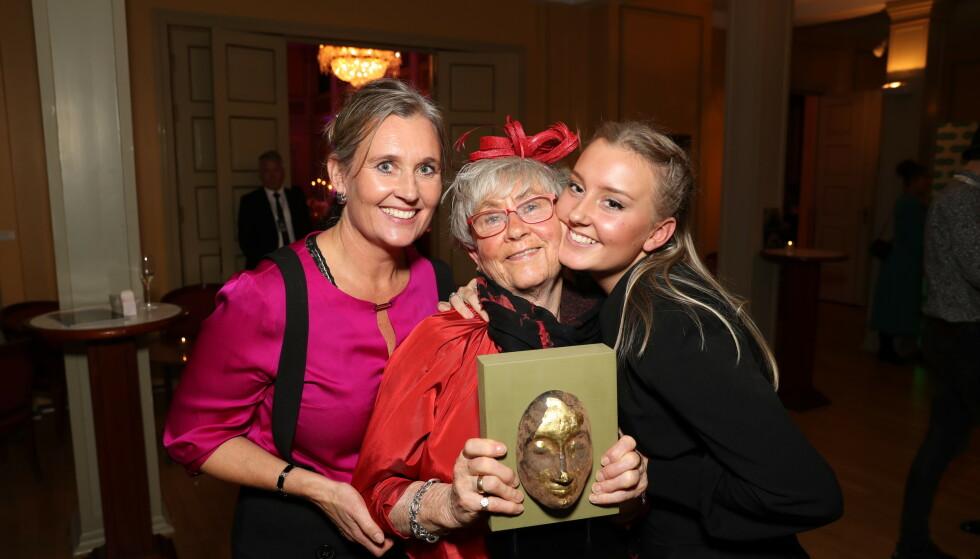 STOLT: Kirsten Koht tok imot prisen på datteras vegne. Her med dattera Jeanette Koht og barnebarnet Nora Koht. Foto: Andreas Fadum