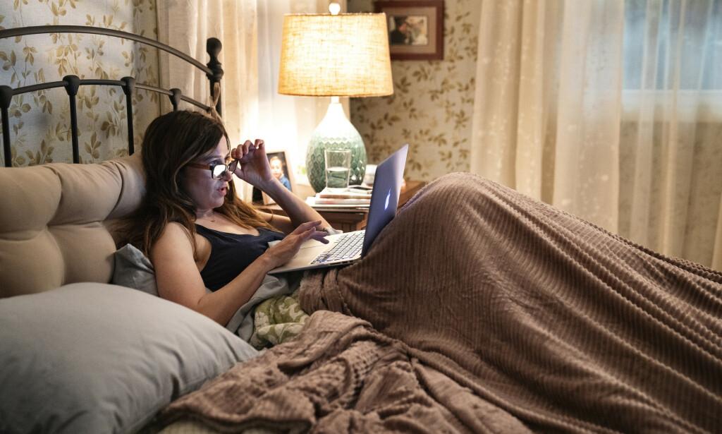 VIRTUELL INTIMITET: Kathryn Hahn spiller Eve, som blir hektet på nettporno i «Mrs. Fletcher». Serien gjengir innhold fra faktiske pornosider. Foto: HBO Nordic