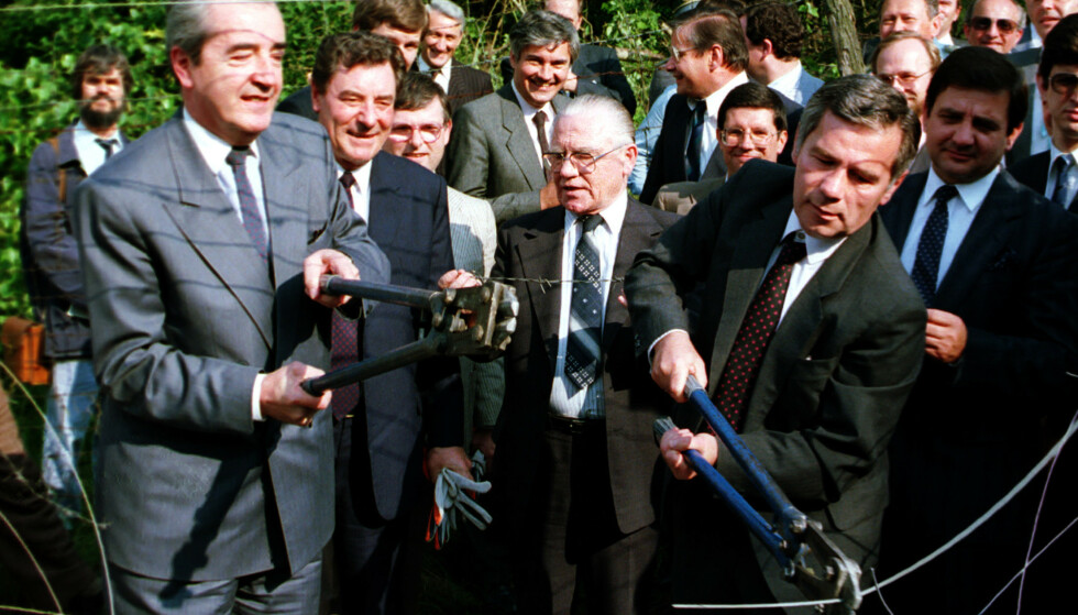 HULL I GJERDET: Den ungarske utenriksministeren Guyla Horn (til høyre) klipper hull i Jernteppet ved landsbyen Sopron, 27. juni 1987. Foto: AP / NTB Scanpix