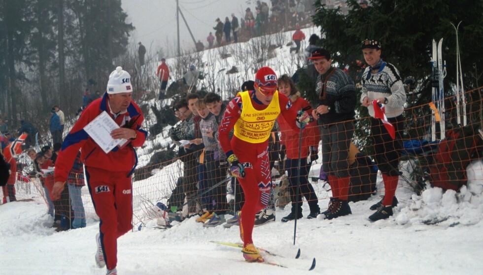 STORHETSTID: Bjørn Dæhlie sekunderes av landslagstrener Inge Bråten på femmila i Holmenkollen i 1993. Foto: Espen Bratlie / Samfoto / NTB scanpix