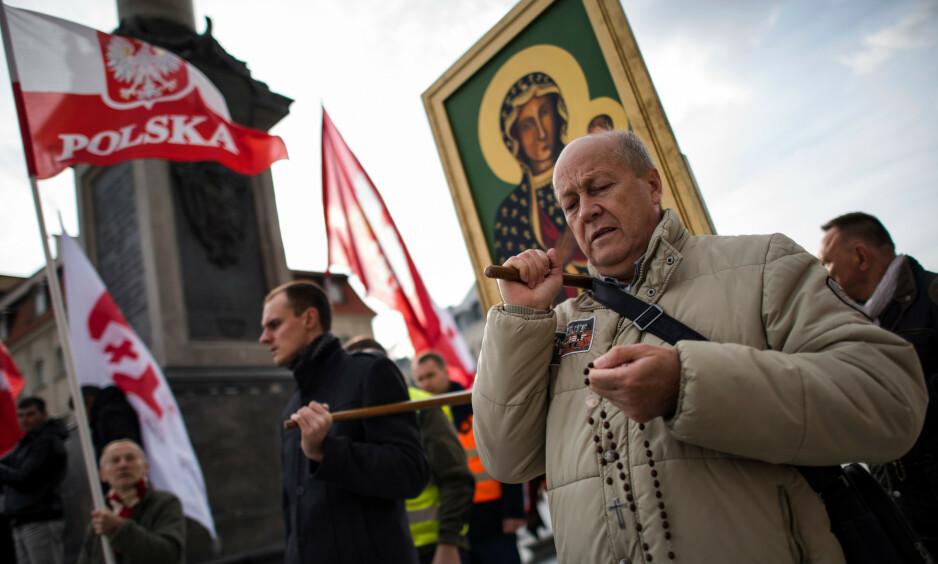 ANTI-HOMO DEMONSTRASJON: Polakker vender det moderne ryggen etter revolusjonen i 1989. Homo-holdninger er en del av det. Foto: NTB / Scanpix
