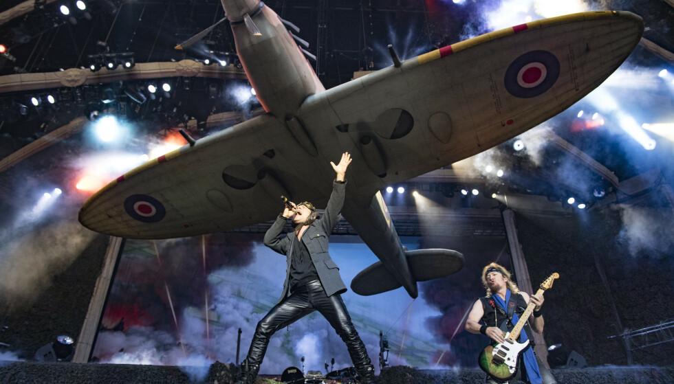 SPARER IKKE PÅ KRUTTET: Iron Maiden har med seg en Spitfire-replika i tilnærmet original størrelse på scenen. Foto: John McMurtrie