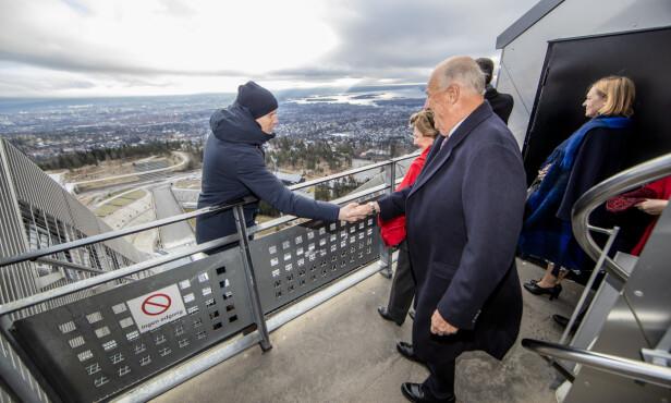 I HOLMENKOLLEN: Bjørn Einar Romøren hilste på kong Harald og dronning Sonja da de besøkte hopptårnet i Holmenkollen i dag. Foto: Stian Lysberg Solum / NTB scanpix