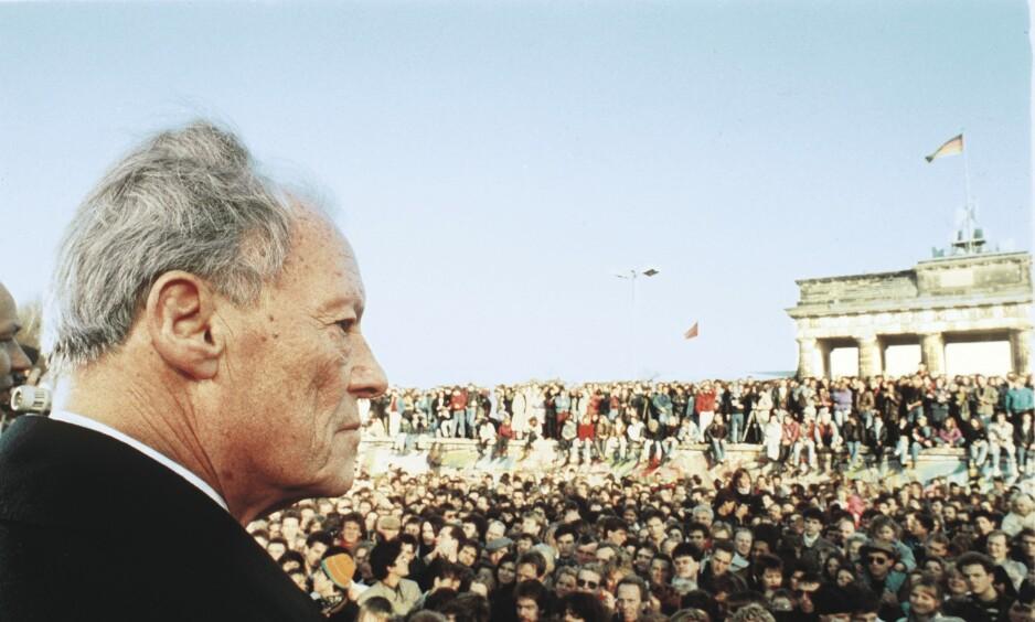 IKONISK: Dagbladets William Mikkelsen tok det legendariske bildet av Willy Brandt som den 10. november 1989 dukket opp ved Brandenburger Tor for å si noen gledens ord til de mange som krabbet rundt på Muren. Foto: William Mikkelsen