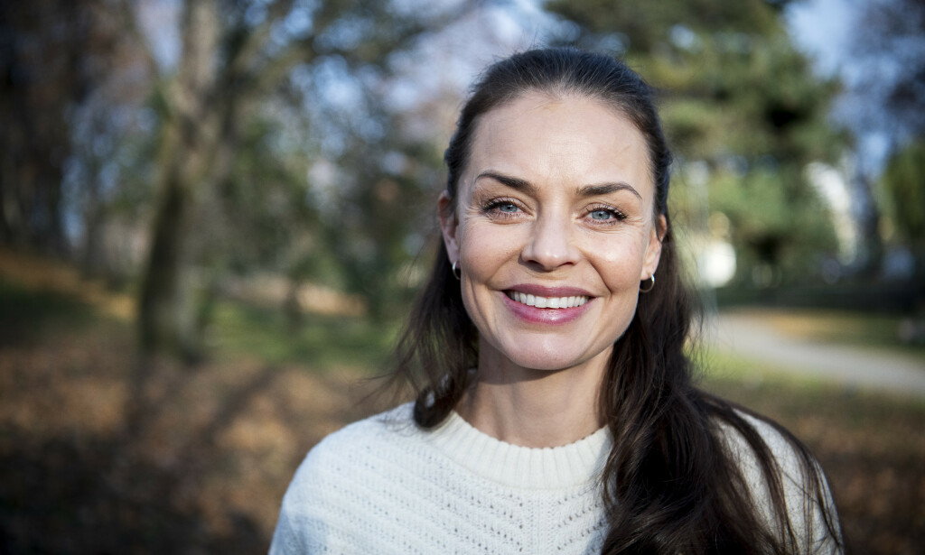 PÅ SETTET MED NYFØDT: Agnes Kittelsen (39) spilte inn den nye TV 2-serien «Mellom oss» da datteren var åtte uker gammel. – I etterkant har jeg tenkt at det var bananas å binde seg til å spille i denne serien før hun ble født, sier hun. Foto: Lars Eivind Bones