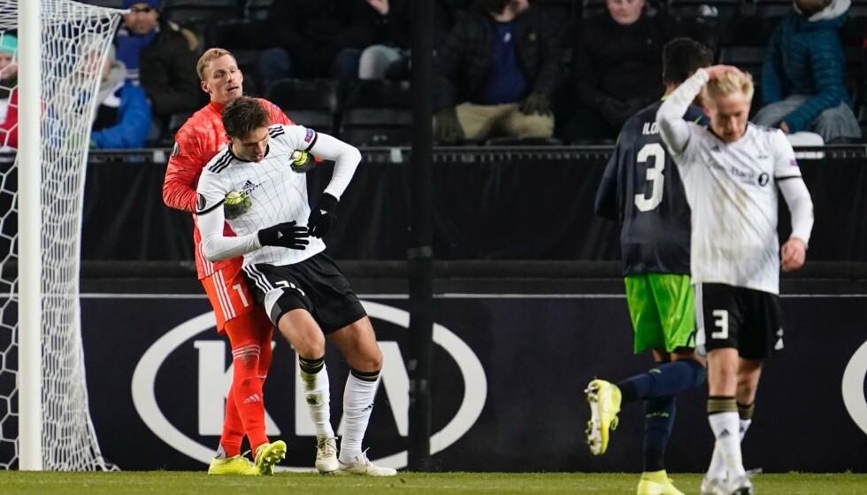ET BILDE PÅ ELENDIGHET: Rosenborg-keeper Andre Hansen hjelper Marius Lundemo på beina. Birger Meling holdeg seg på hodet. Og der har du Rosenborg i Europa. Det er ikke til å tro. Foto: Ole Martin Wold / NTB scanpix