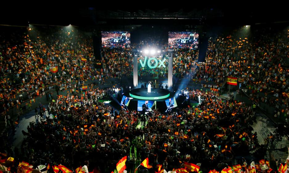 OPPSVING: Partileder Santiago Abascal i Vox på ytre høyre fløy samlet tilhengere på tyrefekter-arenaen Vistalegre i Madrid i valgkampen. Partiet kjemper for tyrefekting, for jakt, mot feminist-diktatur og mot sjølstyrte landsdeler. De fosser fram på meningsmålingene i kjølvannet av ny uro i Catalonia. Foto: REUTERS / NTB Scanpix / Javier Barbancho