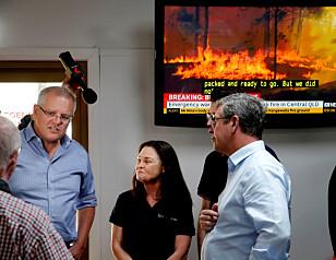 I SORG: Australias statsminister Scott Morrison er ute og møter lokale innbyggere på et hestesenter i Taree, New South Wales. Foto: Darren Pateman / Reuters / NTB Scanpix