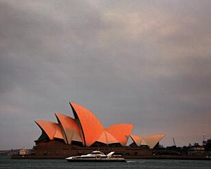 OMRINGET AV RØYK: Operahuset i Sydney er dekket av røyk fra de mange skogbrannene i regionen. Tirsdag viser værvarselet høye temperaturer og mye vind, og brannvesenet frykter enda flere og større branner. Foto: David Gray / Reuters / NTB Scanpix