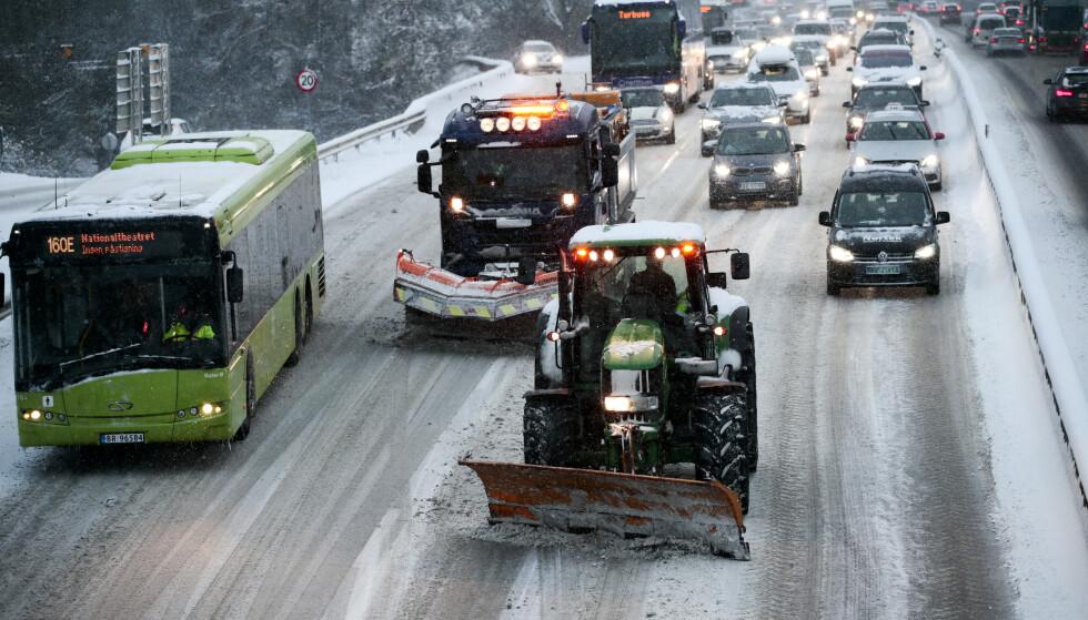 KAOS: Snø skaper kaos på E18 ved Vækerø inn mot Oslo mandag morgen. Brøytemannskaper har problemer med å holde motorveien fri for snø. Foto: Lise Åserud / NTB Scanpix