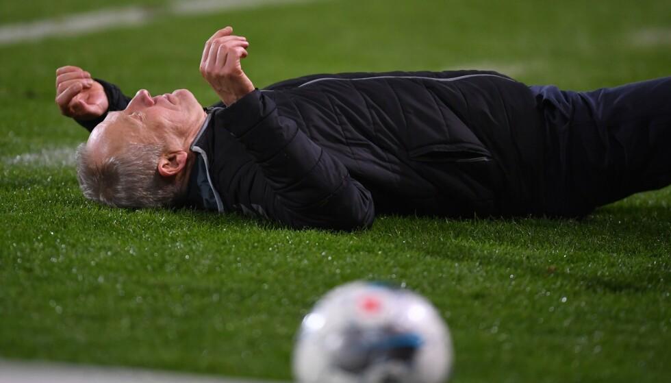 LØPT NED: Christian Streich ligger langflat på bakken etter sammenstøtet. Foto: NTB scanpix