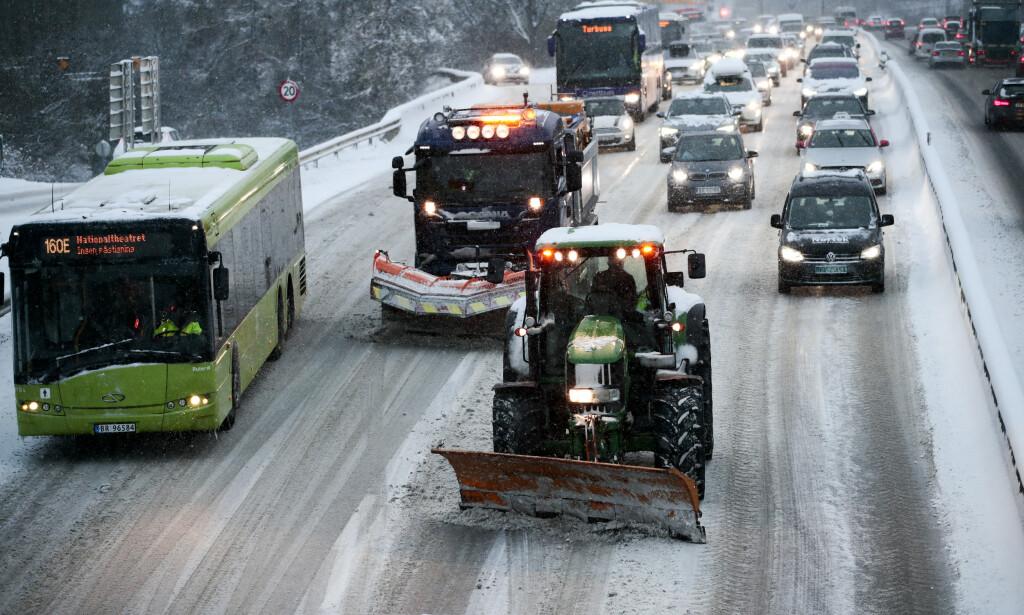 SNØKAOS: Snø skapte kaos på E18 ved Vækerø inn mot Oslo mandag morgen. Brøytemannskapene hadde problemer med å holde motorveien fri for snø. Foto: Lise Åserud / NTB scanpix