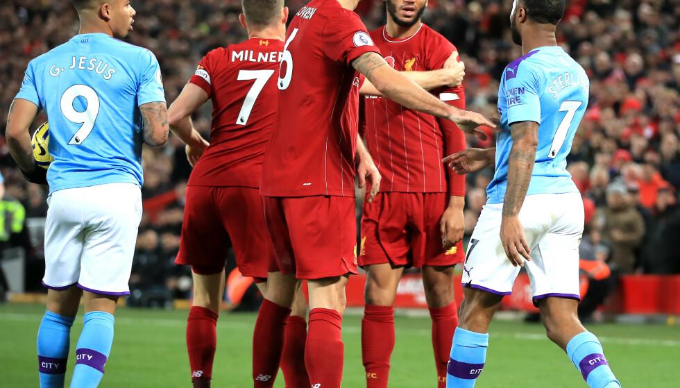 IRRITERTE: Liverpool's Joe Gomez (i midten ) og anchester City-spiller Raheem Sterling. Foto: NTB Scanpix