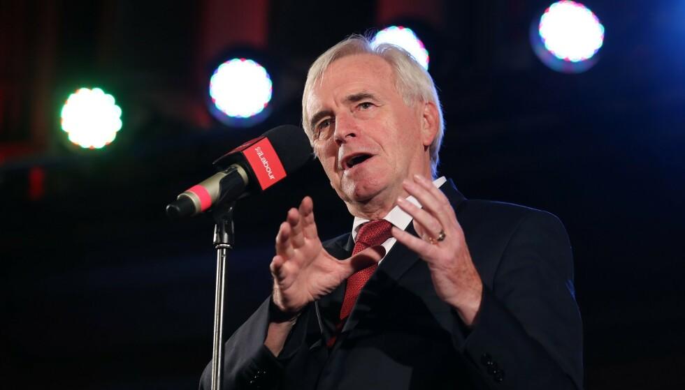 FYRER LØS: John McDonnell, finanspolitisk talsperson for Labour, mener Boris Johnson oppfører seg som en bortskjemt snørrunge. Foto: ISABEL INFANTES / AFP)