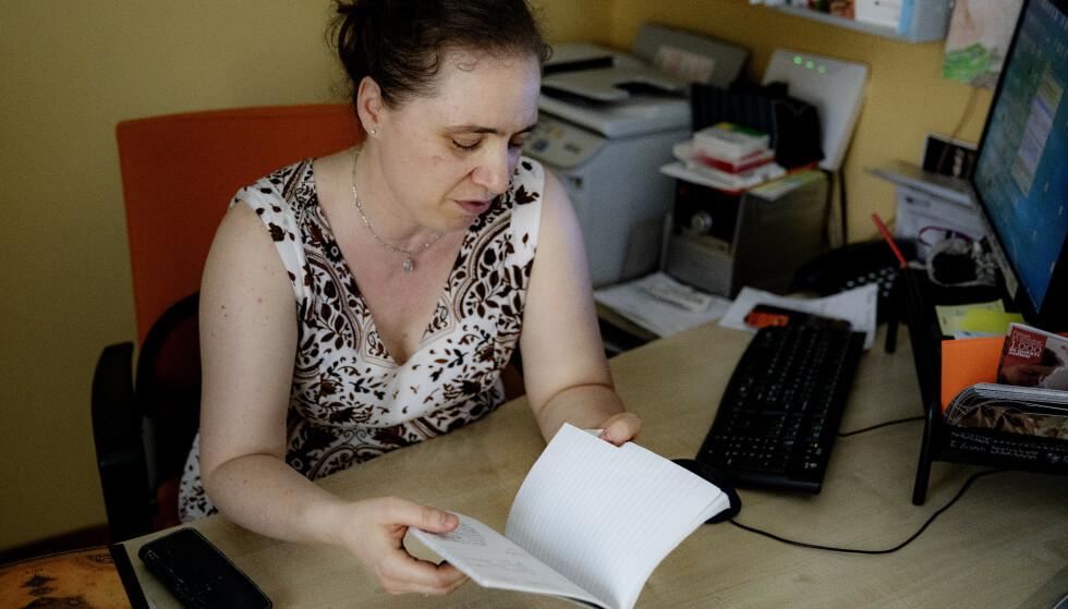 SVARTEBOKA: I denne boka begynte Elisa Dalla Benetta å registrere de mystiske sykdomstilfellene. Foto: Nina Hansen