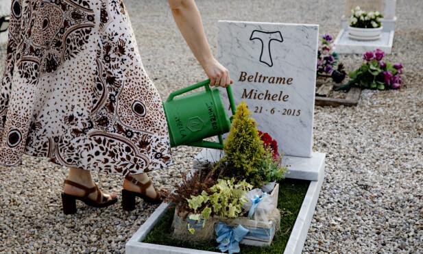 STELL: Elisa Dalla Benetta steller graven til lille Michele. Rundt ham er flere andre babyer begravd. Foto: Nina Hansen / DAGBLADET