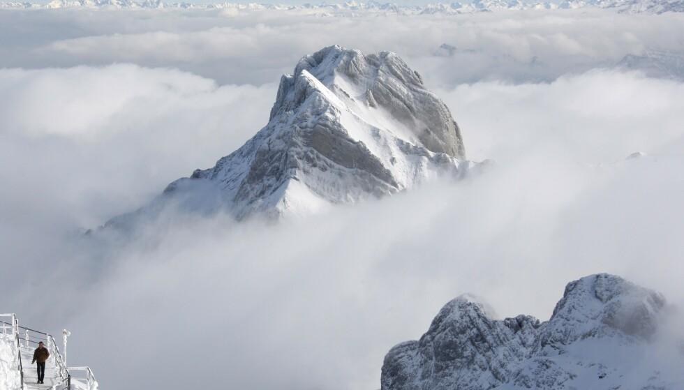 SNØFALL: I løpet av uka kan det falle over to meter snø i utsatte områder i Alpene. Her fra toppen av Säntis i Sveits. Foto: Christian Hartmann / Reuters / NTB Scanpix