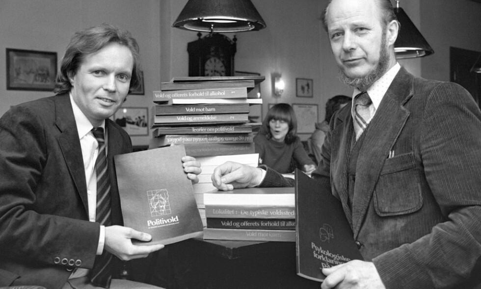 FORSKERNE: De to forskerne Gunnar Nordhus (t.v.) og Edvard Vogt presenterte boka «Volden og dens ofre», som ble gitt ut av Cappelen. Den handler Politivoldsakene i Bergen. Foto: NTB Scanpix