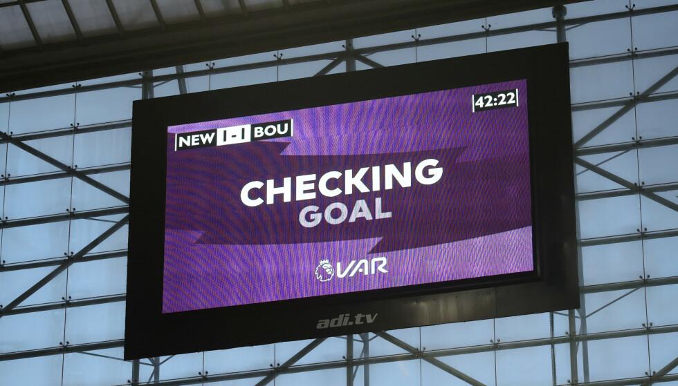TAR LANG TID: Ofte tar det mange minutter før VAR kommer med en avgjørelse. Foto: REUTERS/Scott Heppell/NTB Scanpix