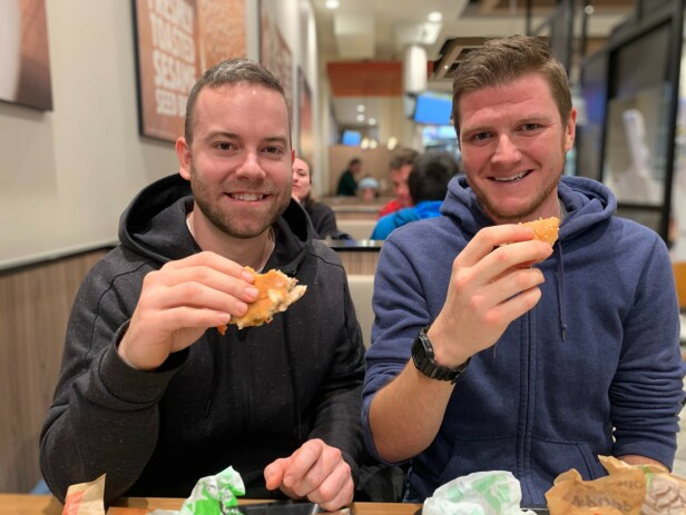TESTPANEL: Lee Harvey og Ben Cox ble positivt overrasket over den nye burgeren, men begge savnet den karakteristiske Burger King-smaken.