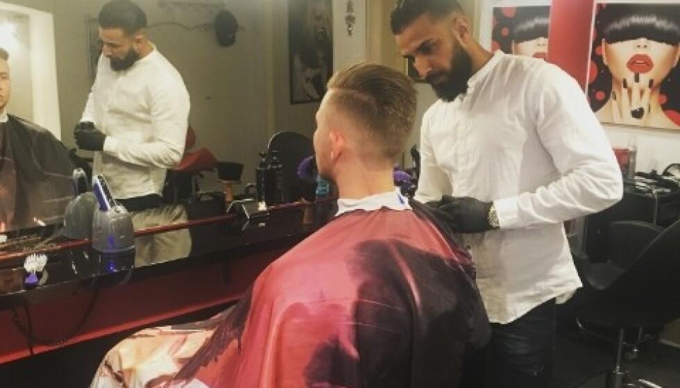 JULETRADISJON: Frisøren Ali Zaki klipper de hjemløses hår i Malmö gratis før jul. Mannen i stolen er for ordens skyld ikke hjemløs, men en betalende kunde. Foto: privat