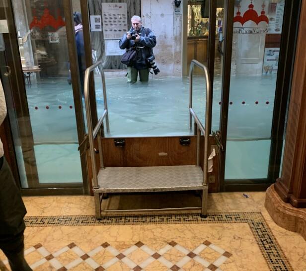FLOM: Her er Runa inne på et hotell som klarte å holde vannet ute. Utenfor står en fotograf fra en italiensk avis. Foto: Privat