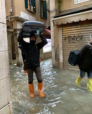 REISER: Her er reisefølget på vei vekk fra den oversvømte byen. Foto: Privat