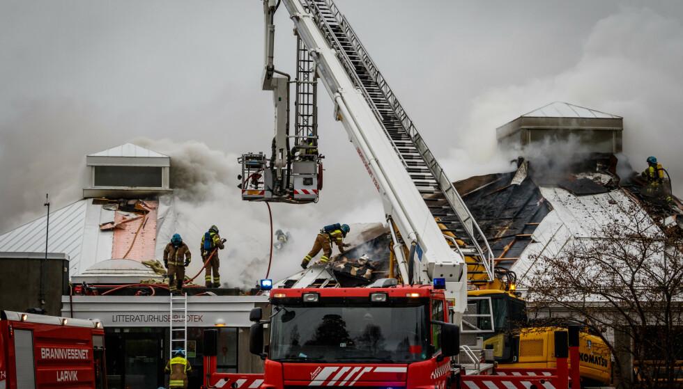 BRANN: Det brøt lørdag morgen ut brann i biblioteket i Larvik. Brannen startet i en konteiner utenfor og spredde seg til biblioteket. Foto: Alexander Vestrum / NTB Scanpix
