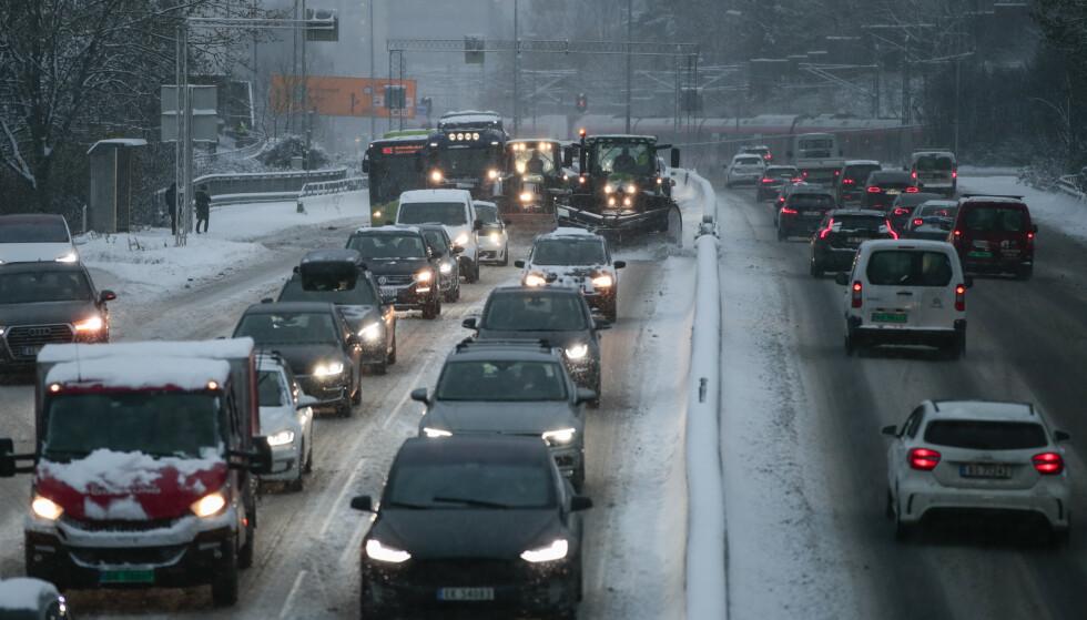 SNØ: Glatte veibaner fører til vanskelige kjøreforhold i Oslo, Akershus og Hedmark lørdag. Statens vegvesen melder om flere utforkjøringer. Foto: NTB Scanpix