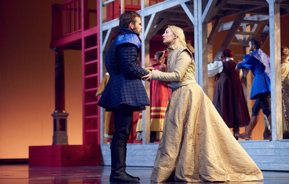 TEATERKJÆRLIGHET: «Forelska i Shakespeare» er en kjærlighetsfylt teaterlek. Foto: Øyvind Eide, Nationaltheatret
