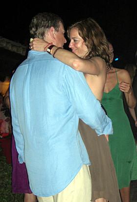 2007: Prins Andrew avbildet mens han omfavner den kanadiske sosietetskvinnen Pascale Bourbeau på en fest i Saint-Tropez. Foto: Coleman-Rayner / Stella Pictures