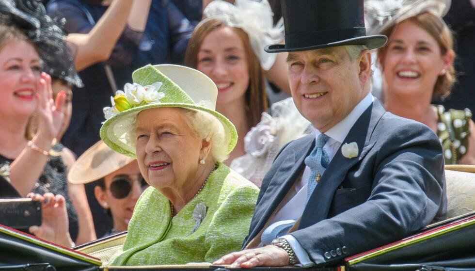 GODKJENT: Ifølge Maitlis godkjente Buckingham Palace og dronning Elizabeth intervjuet. Her er dronninga med sønnen prins Andrew. Foto: NTB Scanpix