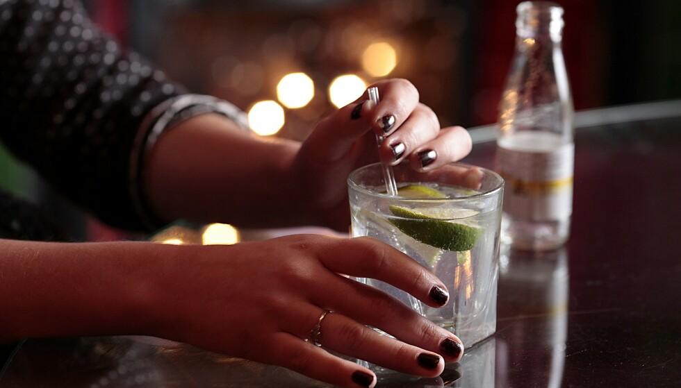 GIN TONIC: Navnet skjemmer ingen, og navnet på det blanke brennevinet gin stammer mest sannsynlig fra franskmennenes geniévre, hollendernes genevre eller italienernes ginepro (einebær). Foto: Shutterstock/ NTB Scanpix