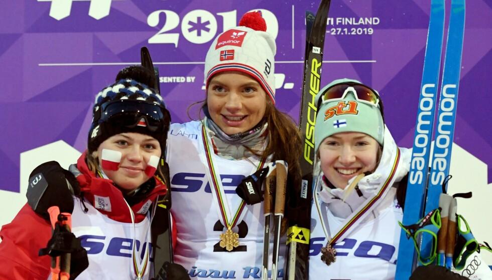 VM-BRONSE: Monika Skinder (t.v.), Kristine Stavås Skistad og Anita Korva feier sprintmedaljene under junior-VM tidligere i år. Foto: NTB scanpix